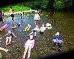 川の水を背に日光浴!
